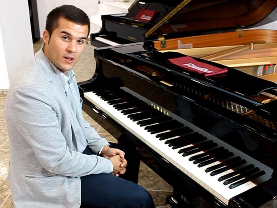 José Ureña Eiras prueba nuestos pianos de Cola Yamaha C5.