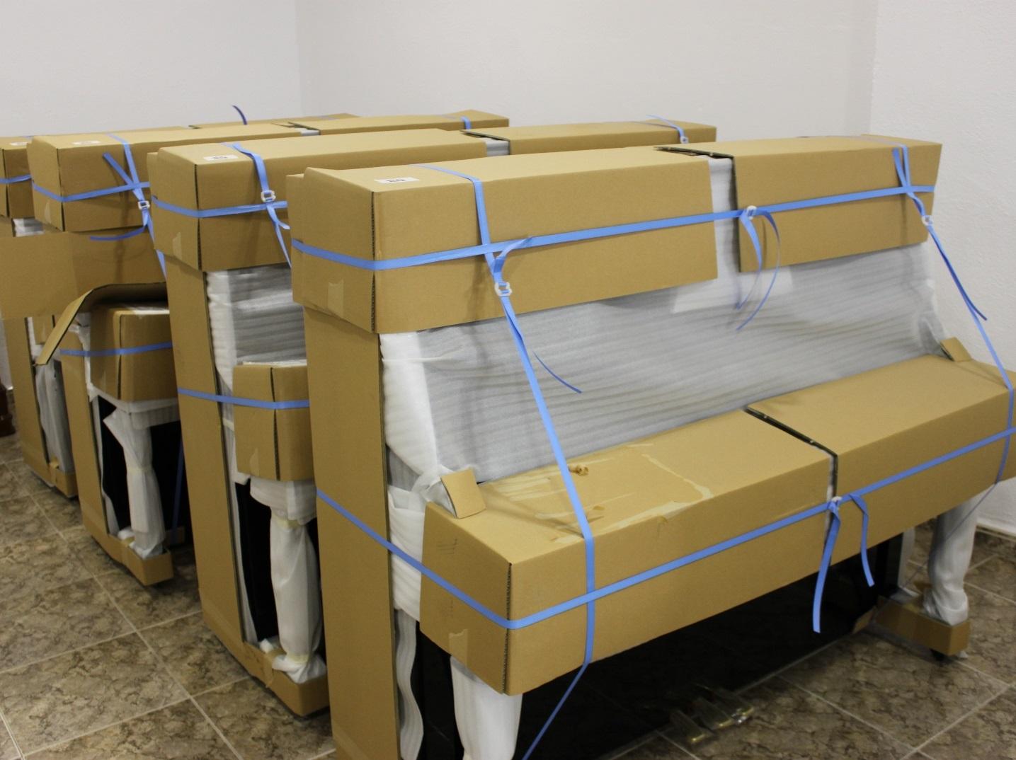 Llegada de 32 pianos renovados Yamaha a nuestro almacén.